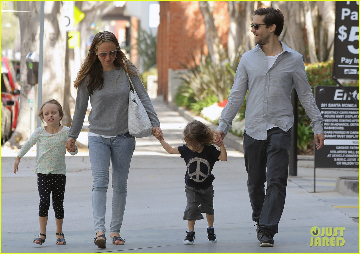 tobey maguire family stroll 01