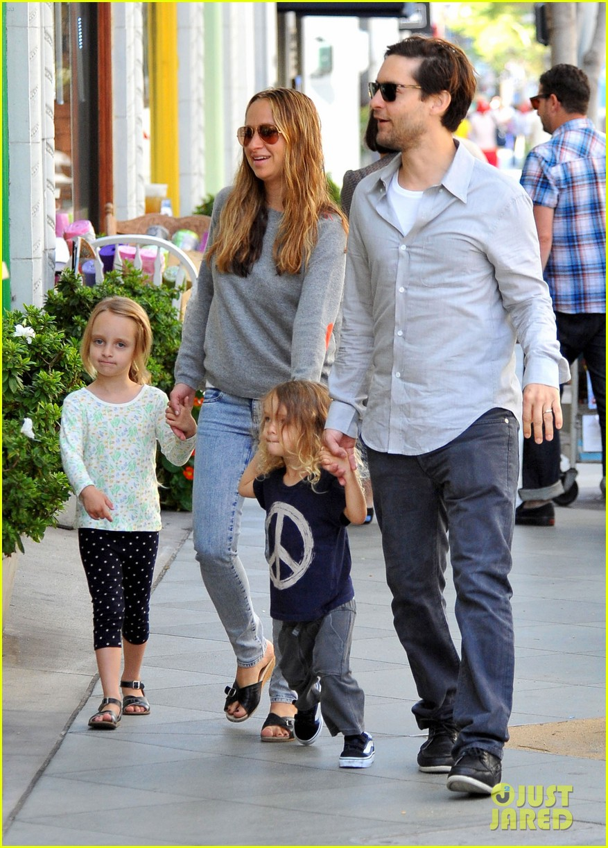 tobey maguire family stroll 022655875
