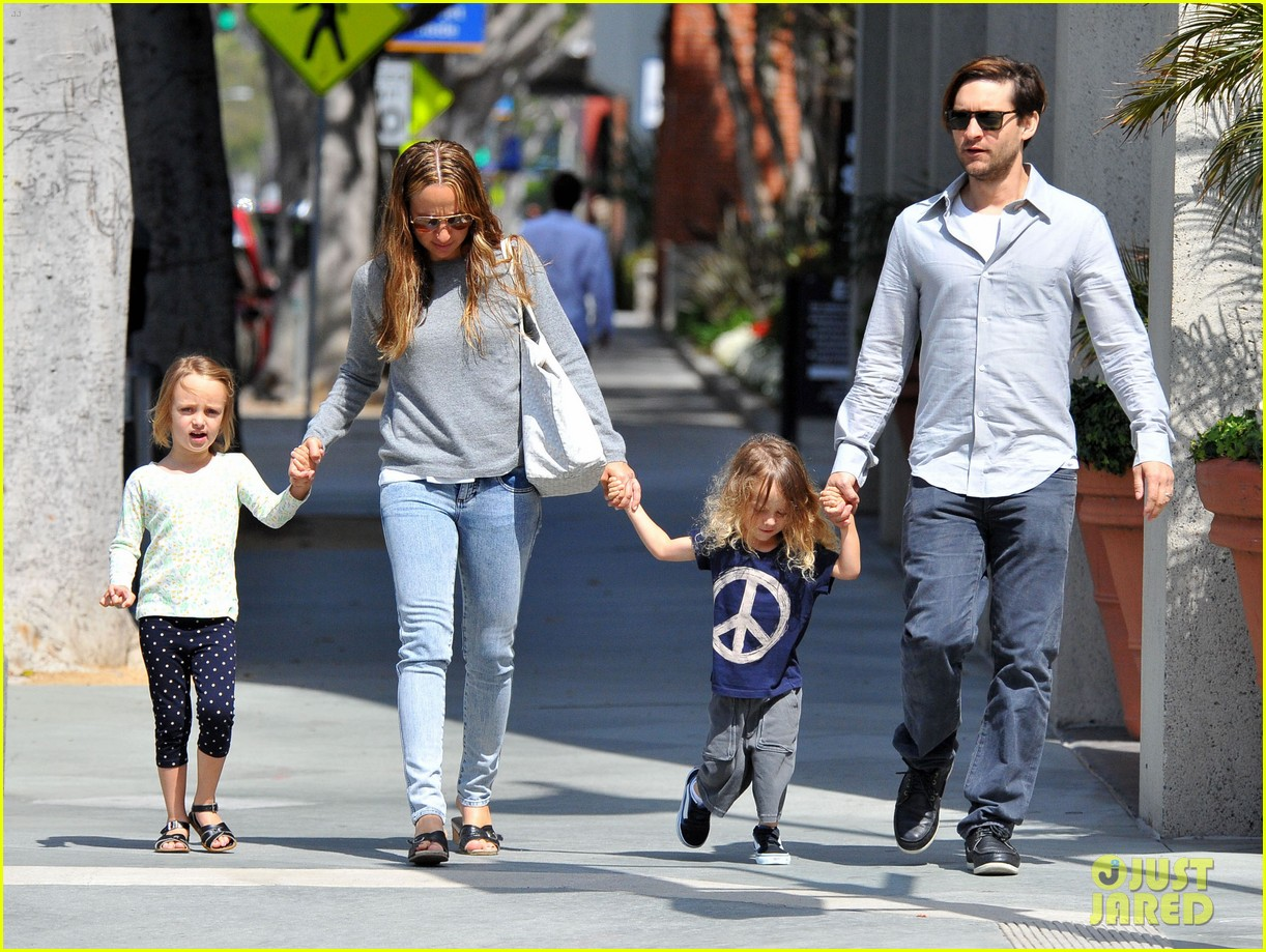 tobey maguire family stroll 062655879