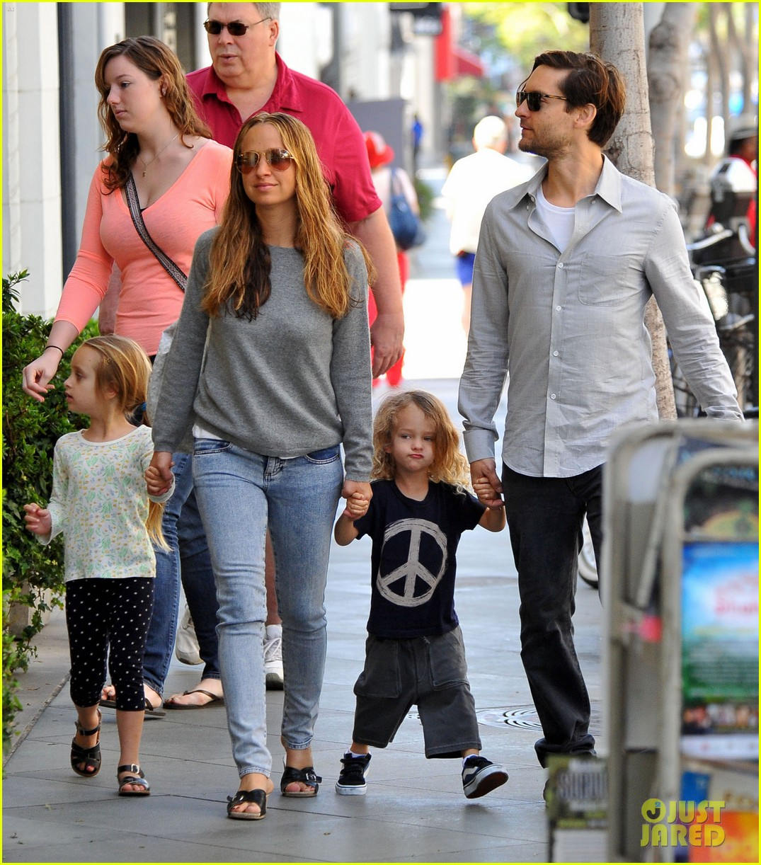tobey maguire family stroll 072655880