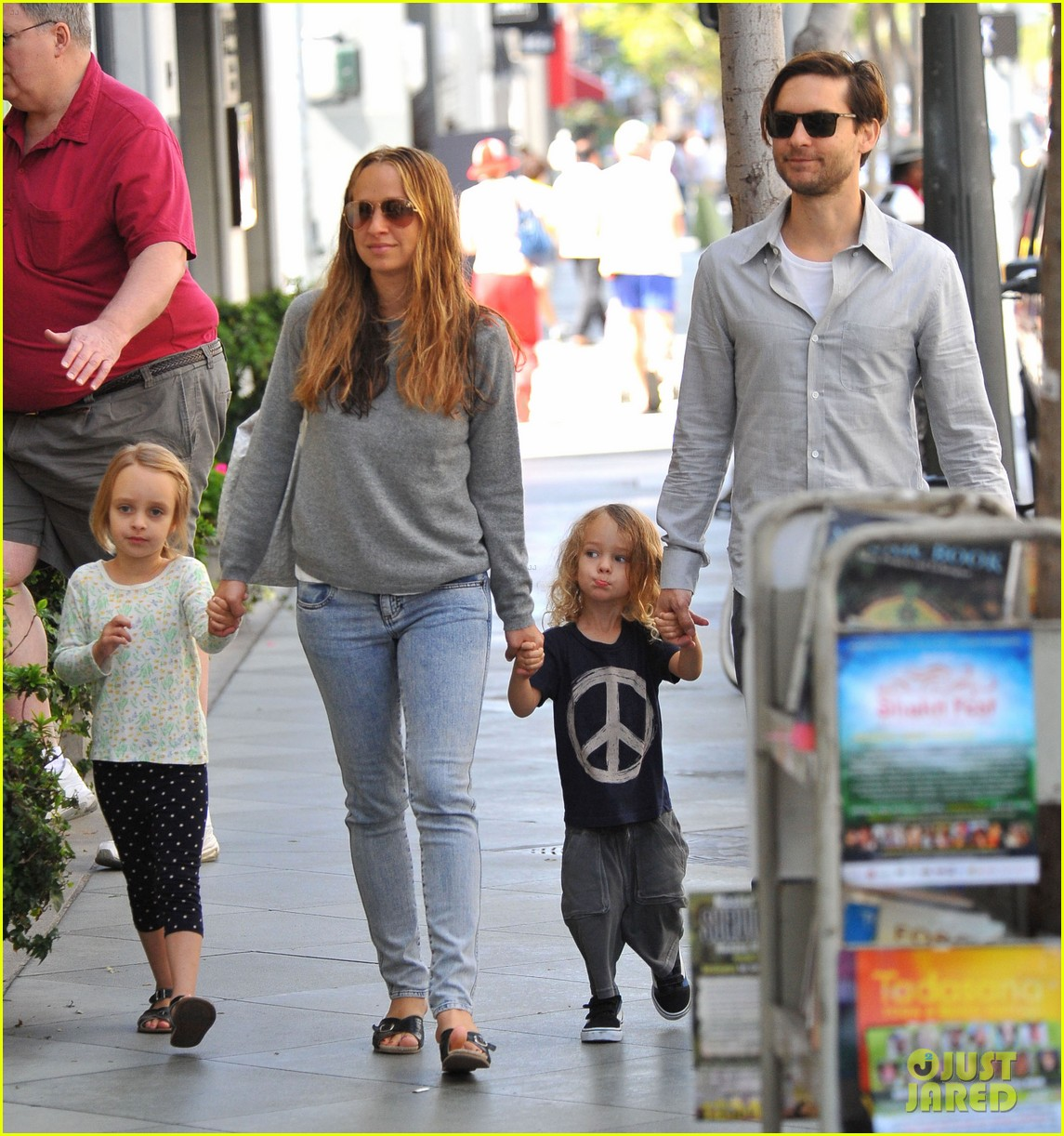 tobey maguire family stroll 082655881