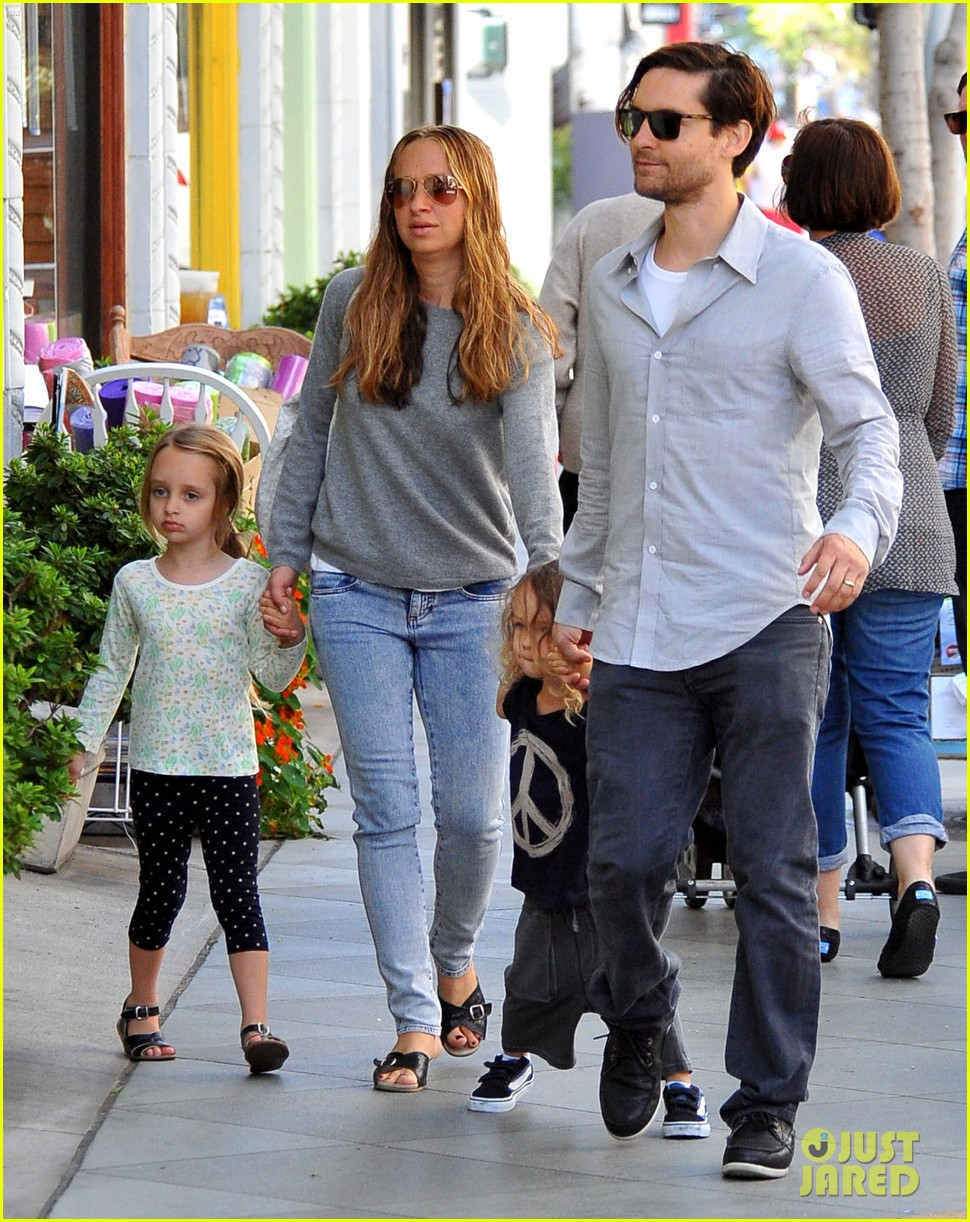 tobey maguire family stroll 10