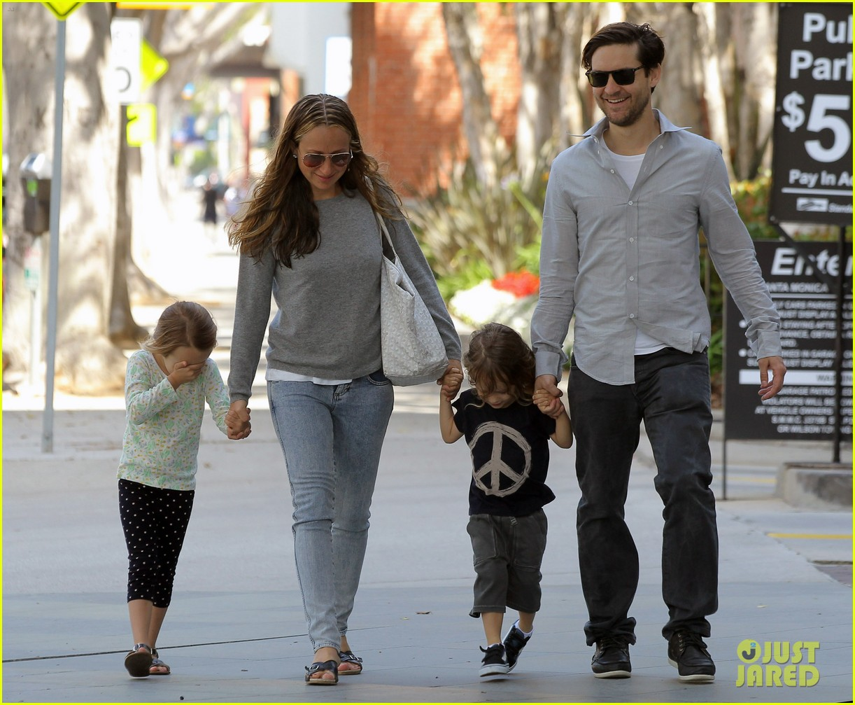 tobey maguire family stroll 152655888