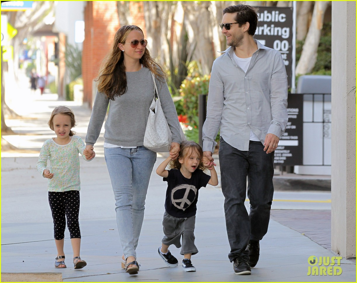 tobey maguire family stroll 16