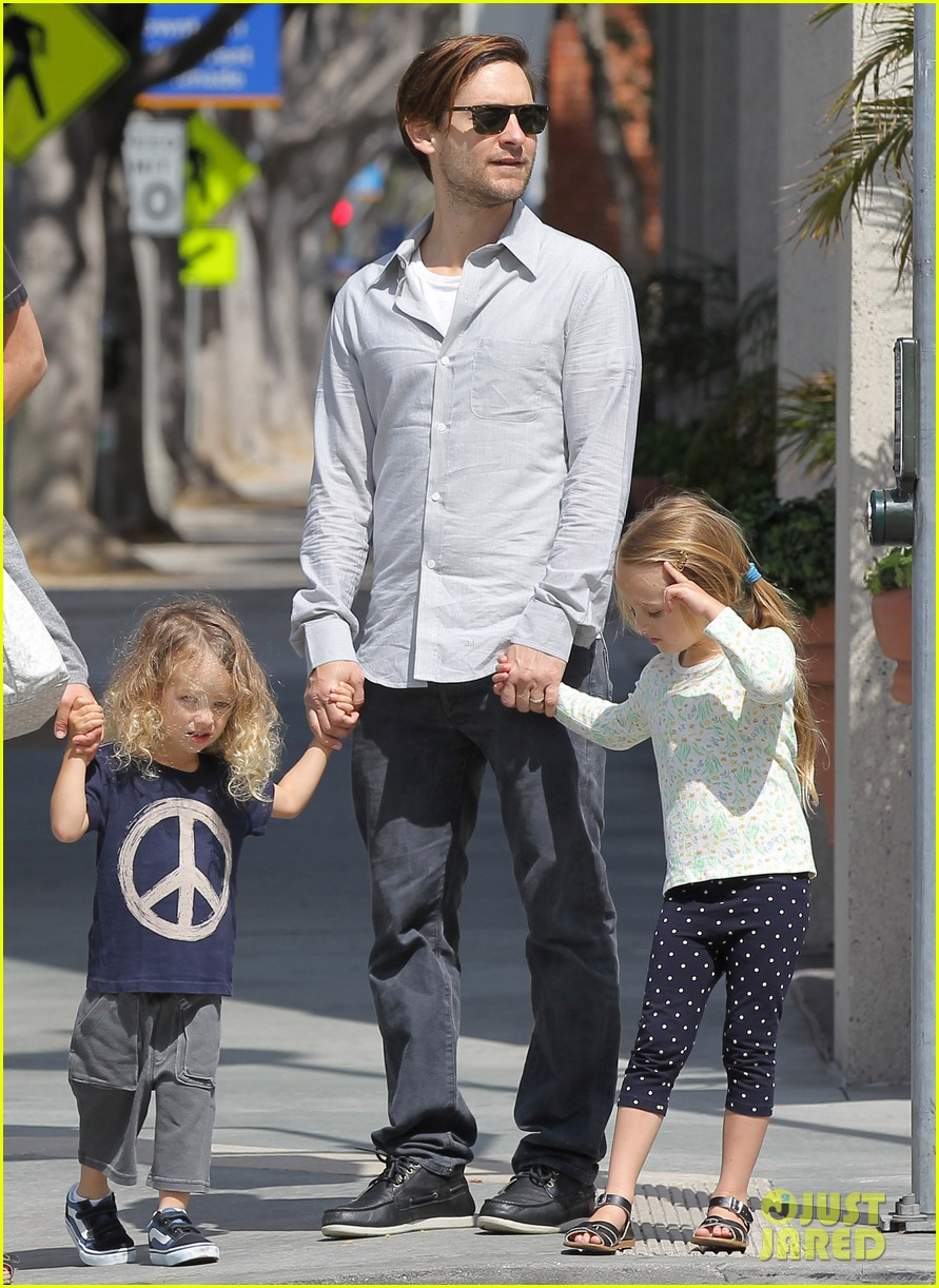 tobey maguire family stroll 18