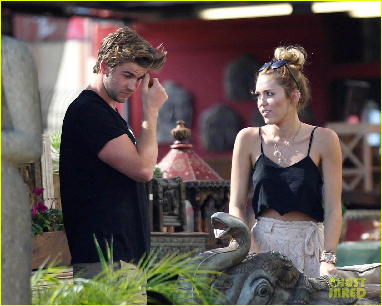 miley shopping with mom and liam 05