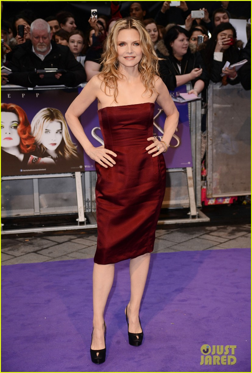 chloe moretz johnny depp michelle pfeiffer dark shadows uk premiere 032659601