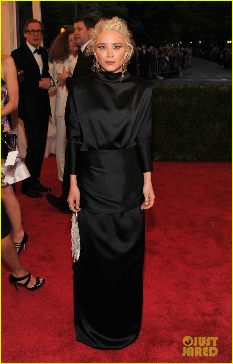 mary kate olsen met ball 2012 01