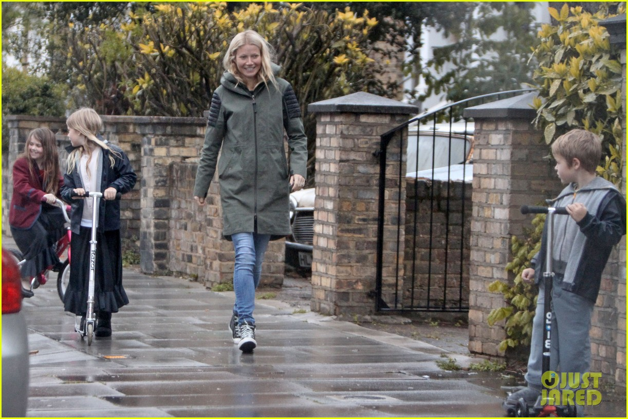 gwyneth paltrow kids scooting in the rain 012656170
