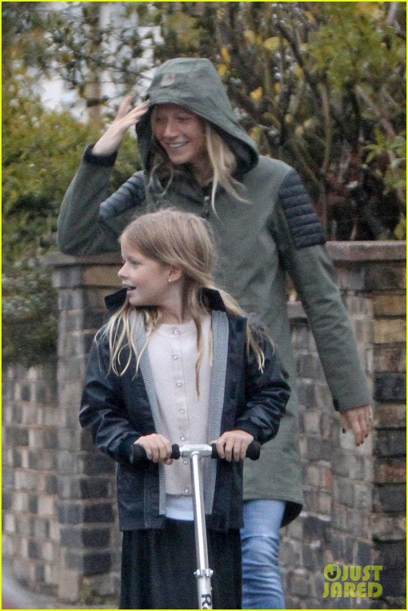 gwyneth paltrow kids scooting in the rain 04