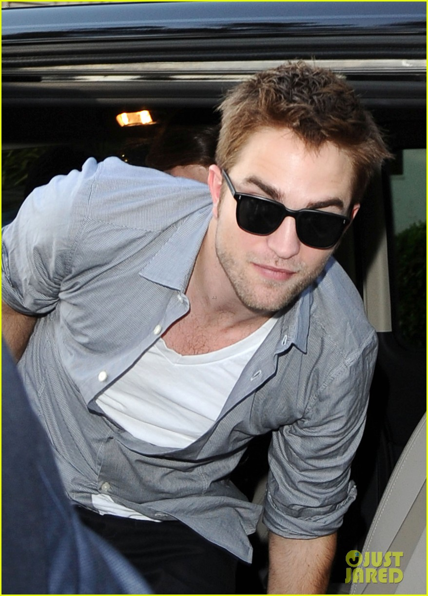 robert pattinson meets fans at le grand journal 02