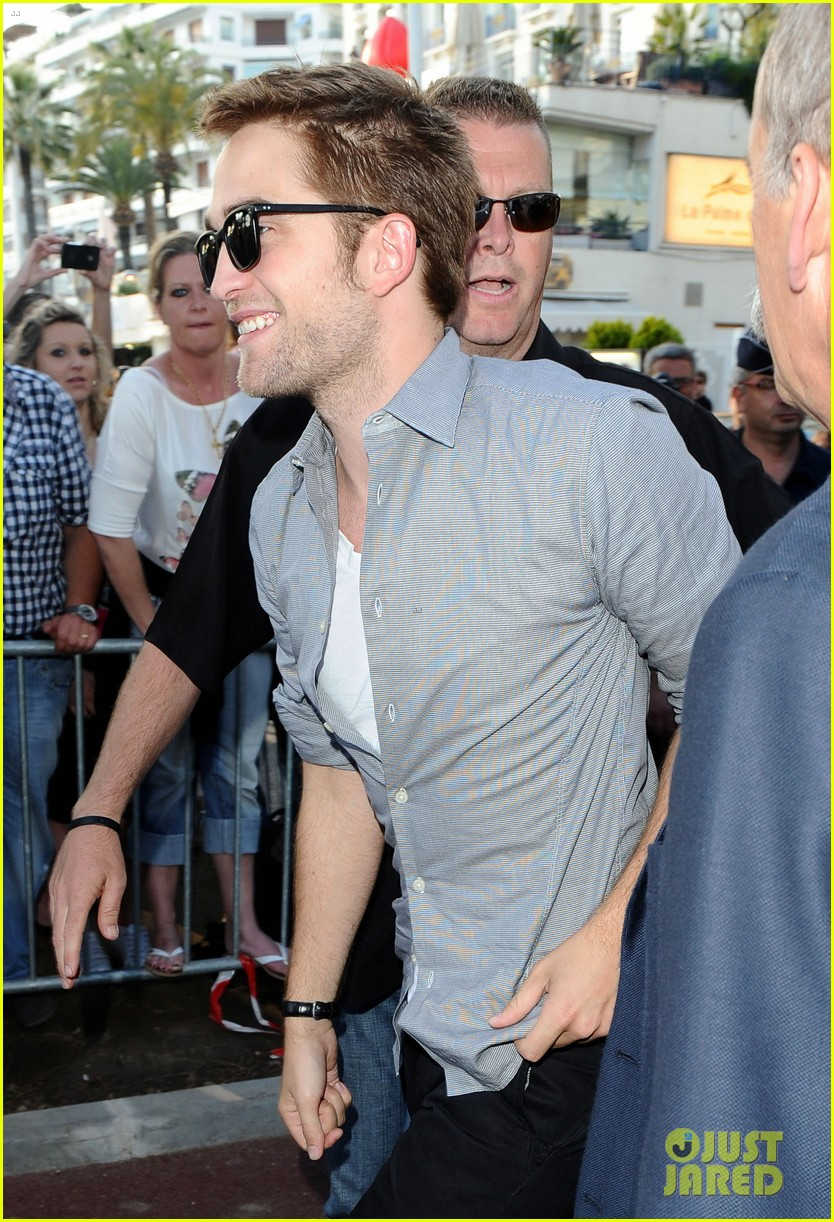 robert pattinson meets fans at le grand journal 08