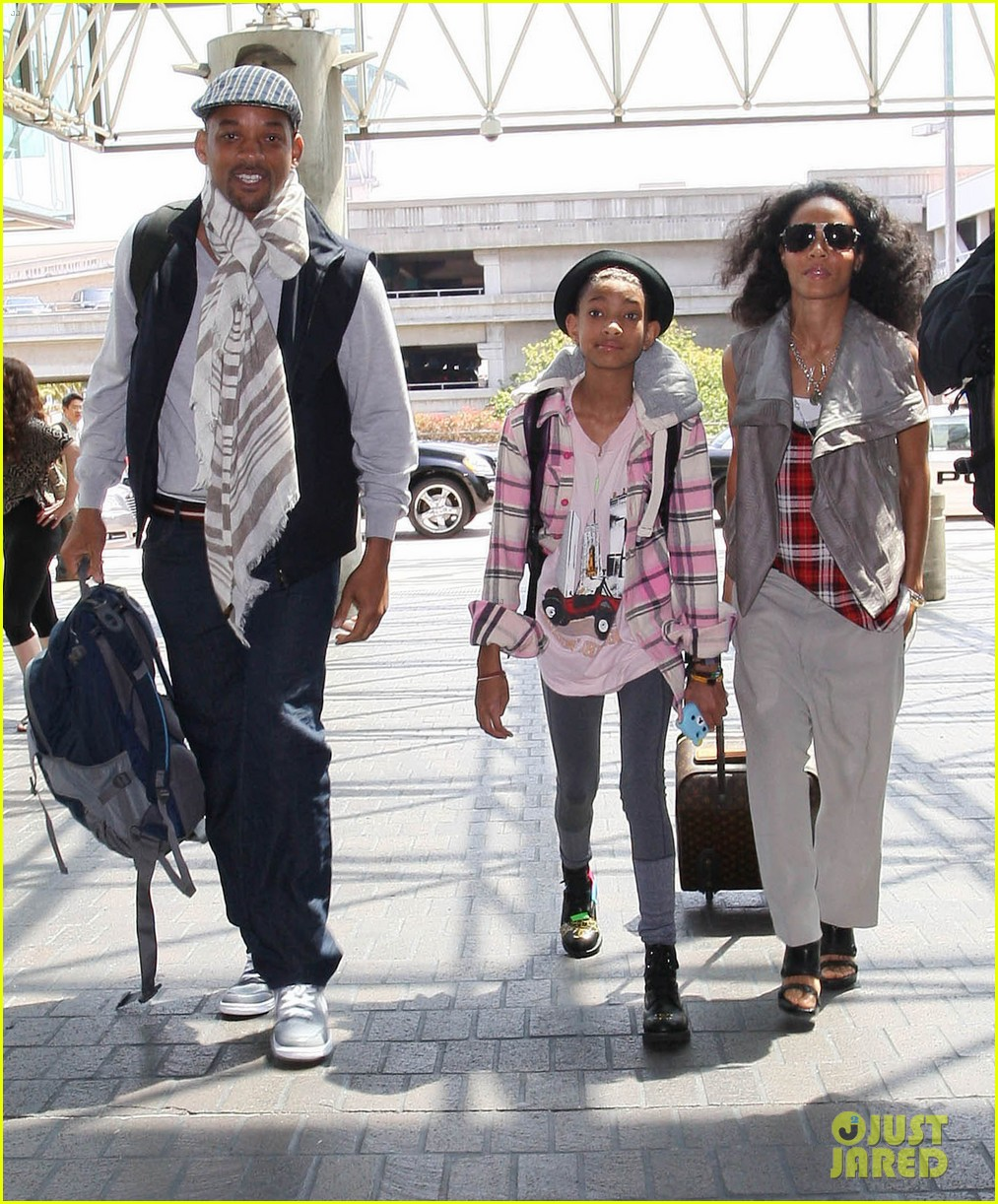 willow smith catches flight at lax with mom dad 082657673