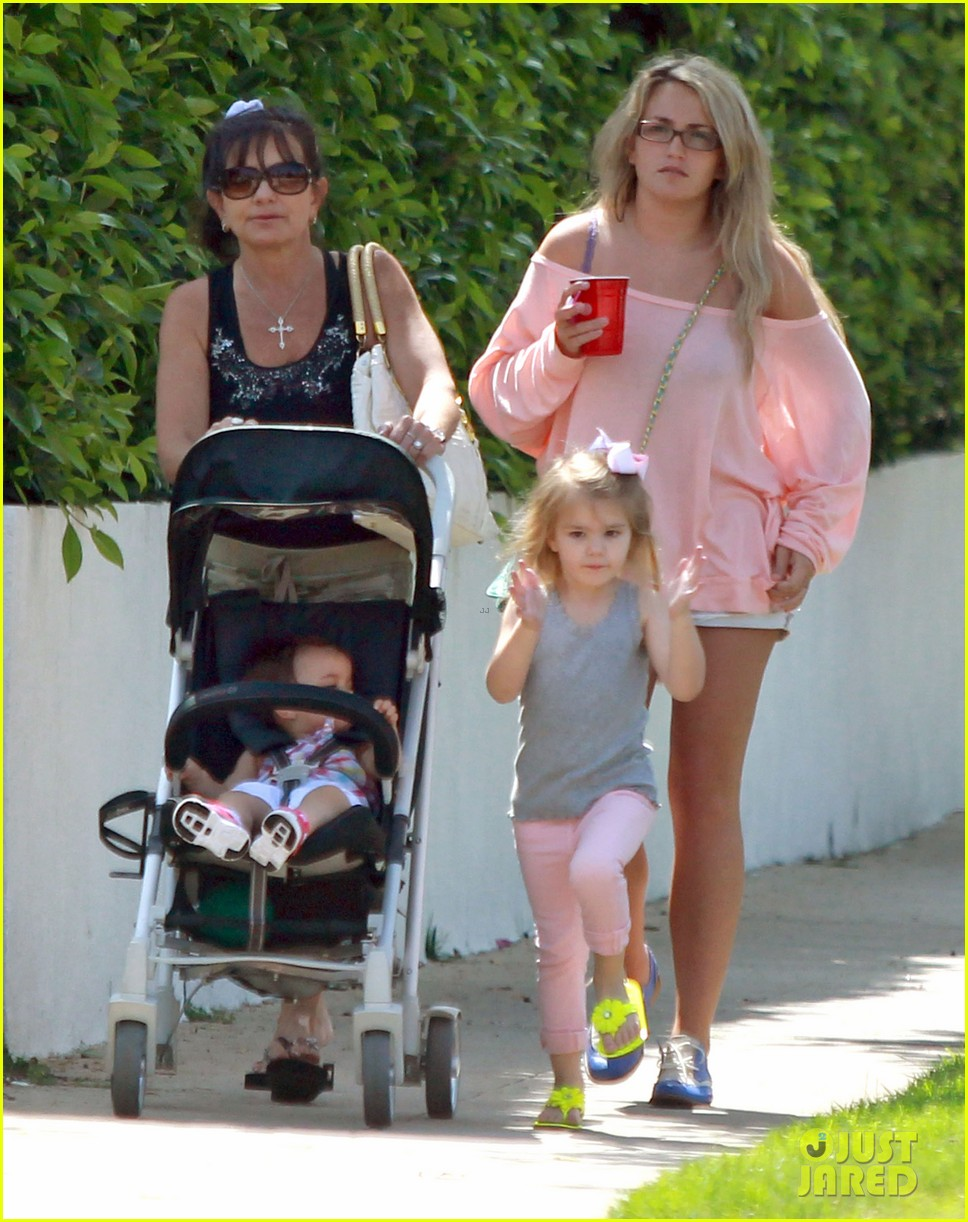 jamie lynn spears sunday family outing 05