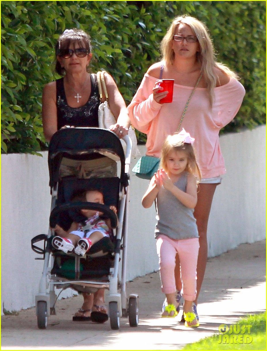 jamie lynn spears sunday family outing 122659075