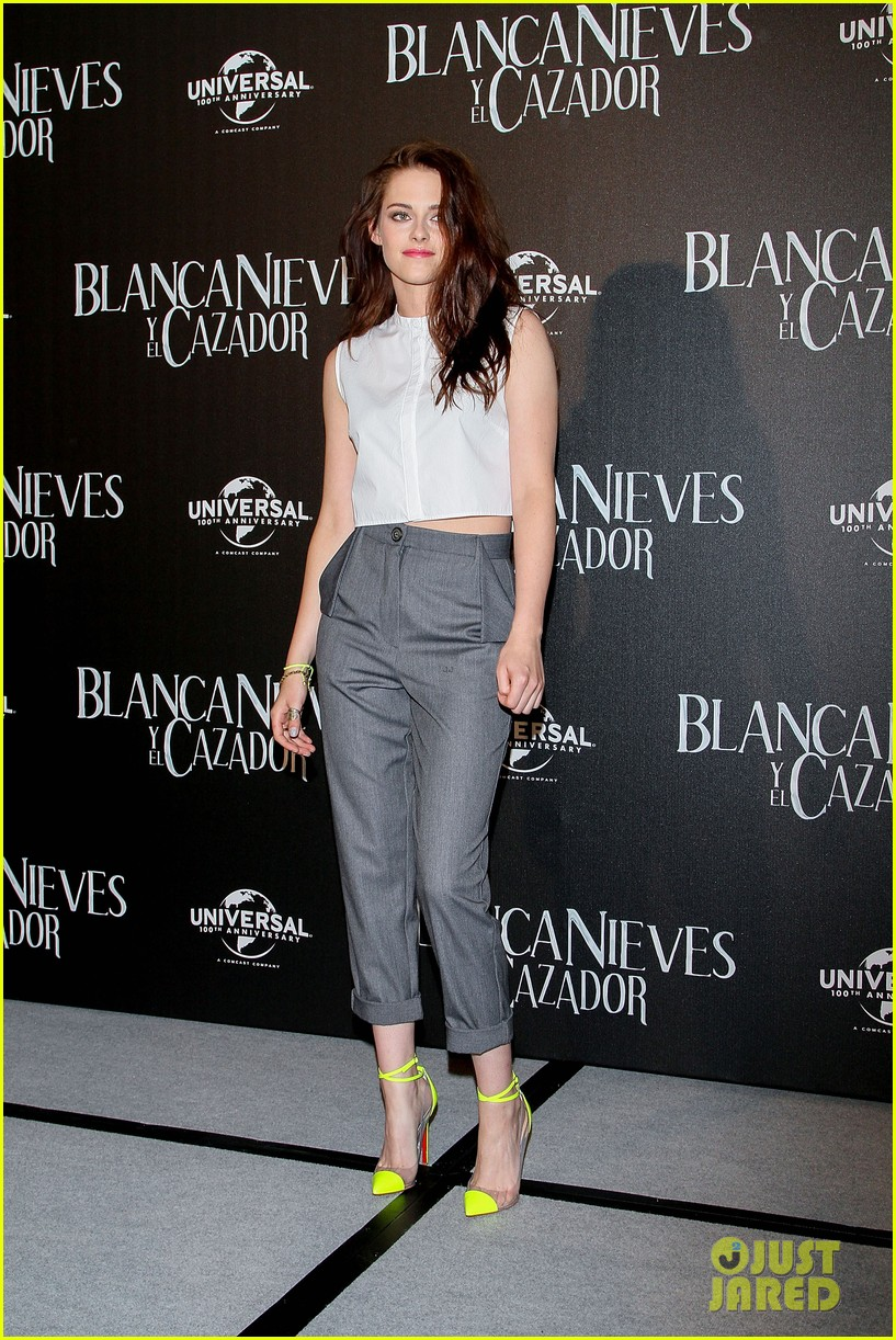 kristen stewart snow white photo call in mexico city 01