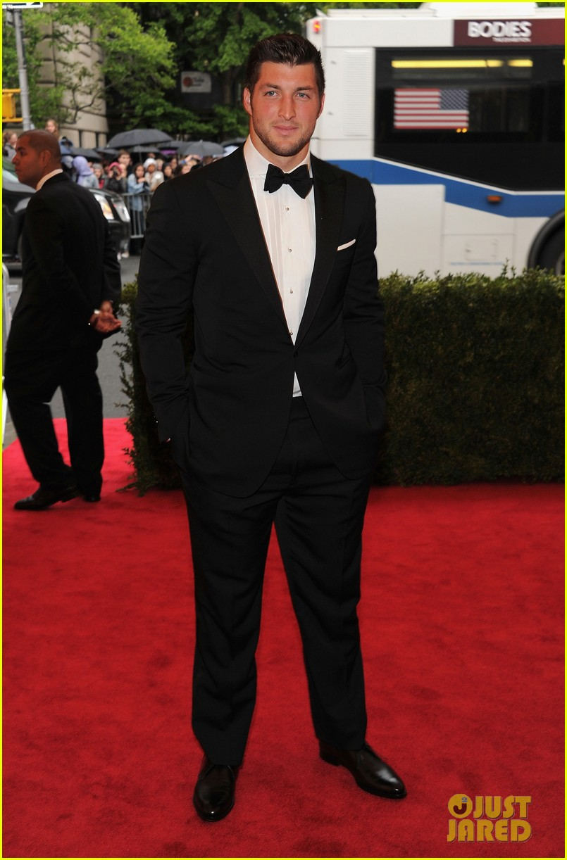 tim tebow met ball 2012 04