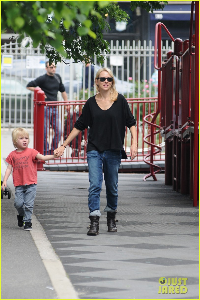naomi watts park with fam 03