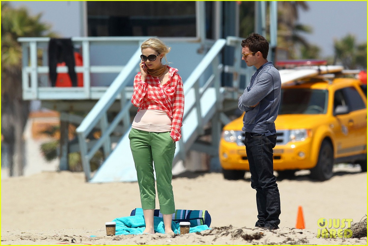 elijah wood wilfred at the beach 042659039