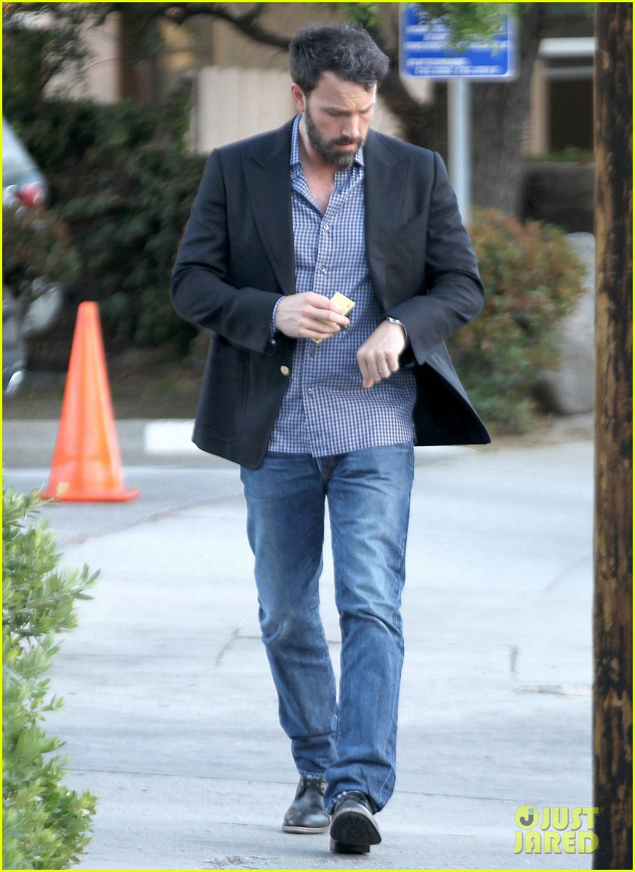 ben affleck solo stroll on anniversary 06