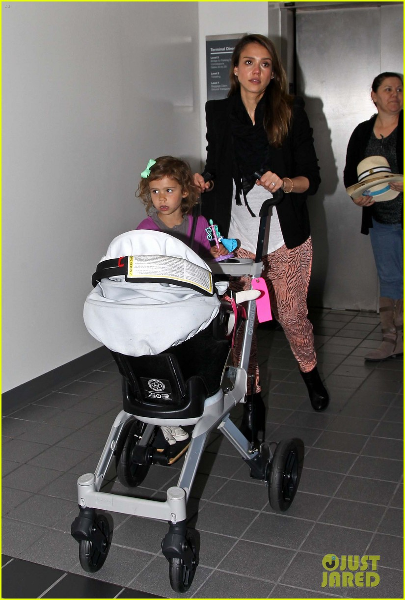 jessica alba airport with the girls 01