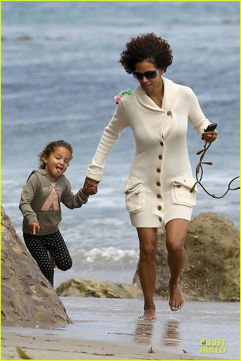 halle berry nahla beach 07