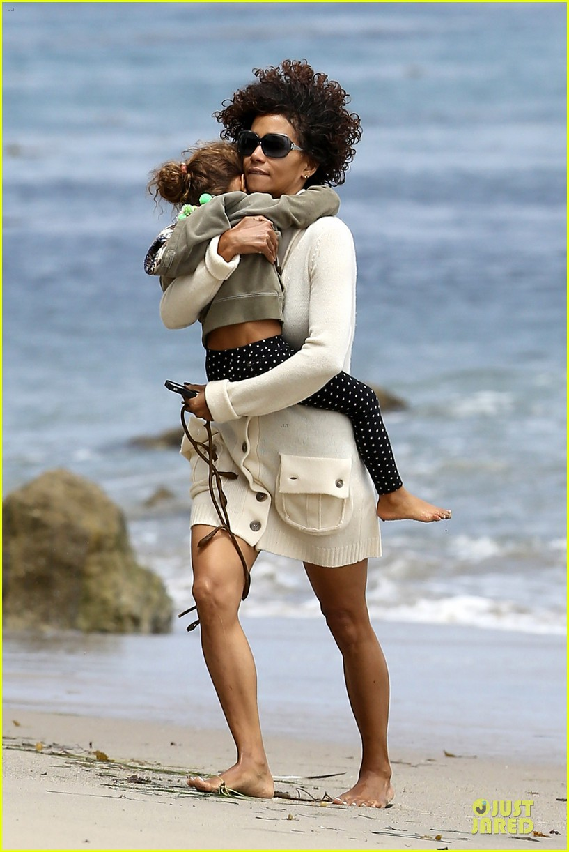 halle berry nahla beach 08