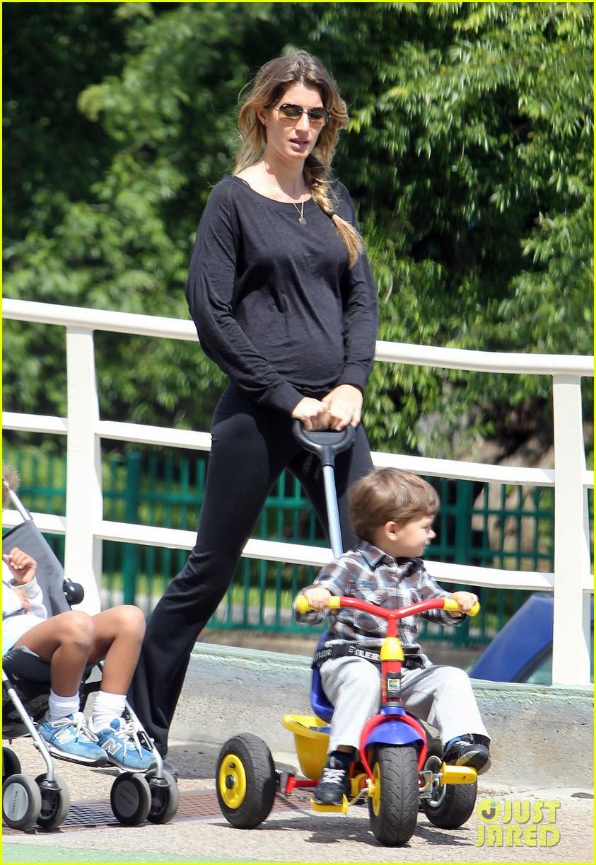Full Sized Photo of gisele bundchen pregnant stroll with ... Gisele Bundchen Diet
