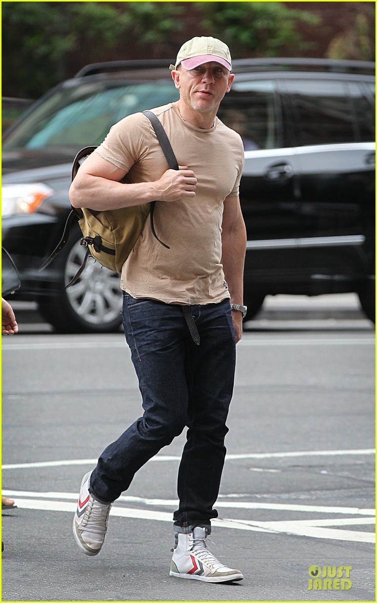 daniel craig biceps walk nyc 04