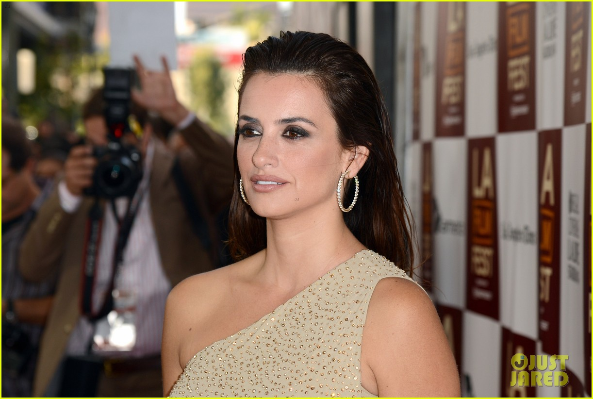 penelope cruz to rome with love l a premiere 112675247
