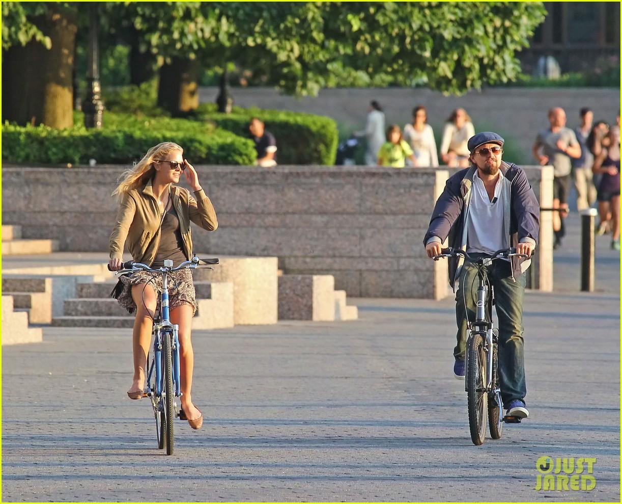 leonardo dicaprio erin heatherton biking twosome 04