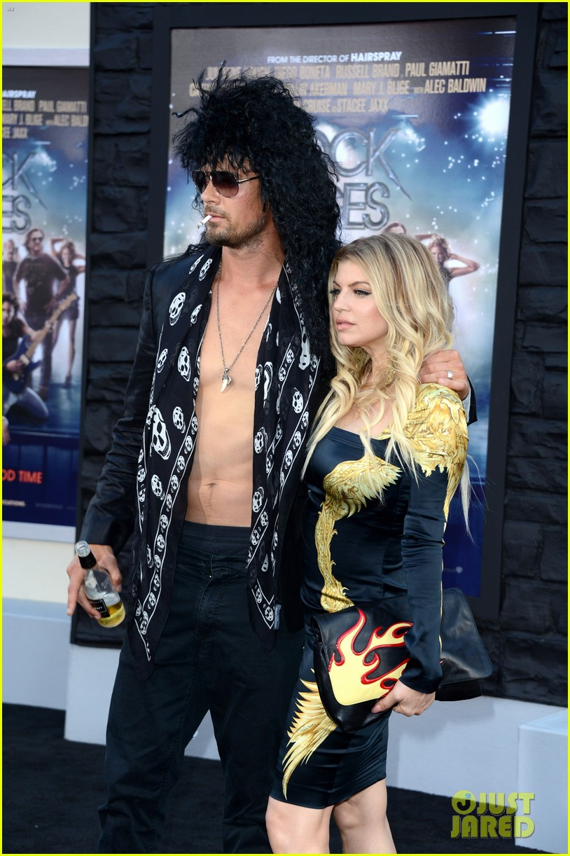 josh duhamel shirtless at rock of ages premiere with fergie 06