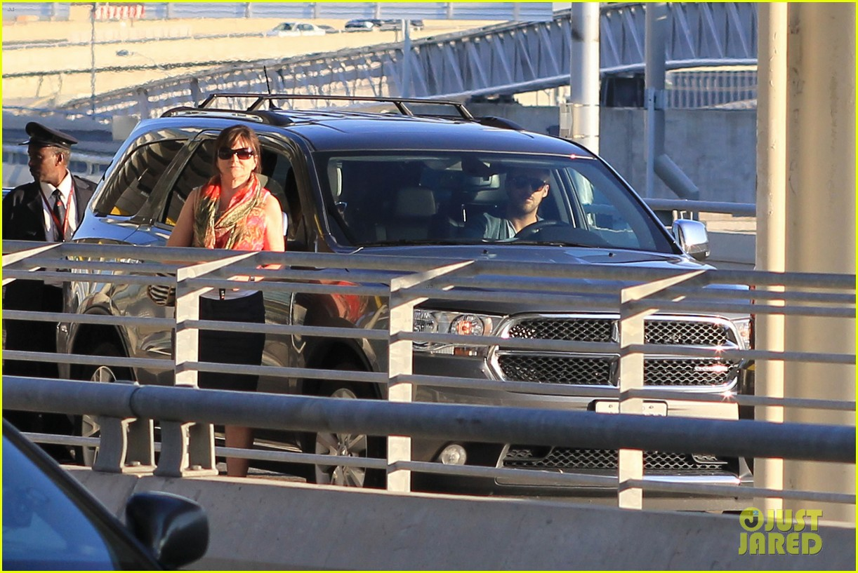 ryan gosling eva mendes canada airport 09
