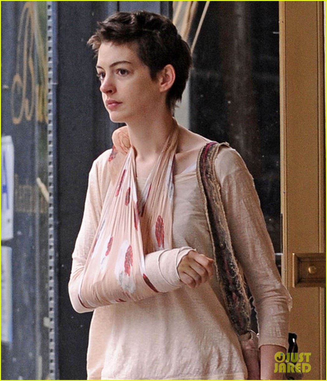 Anne Hathaway Ellen Drinking: Anne Hathaway: Pretty In Pink: Photo 2670782