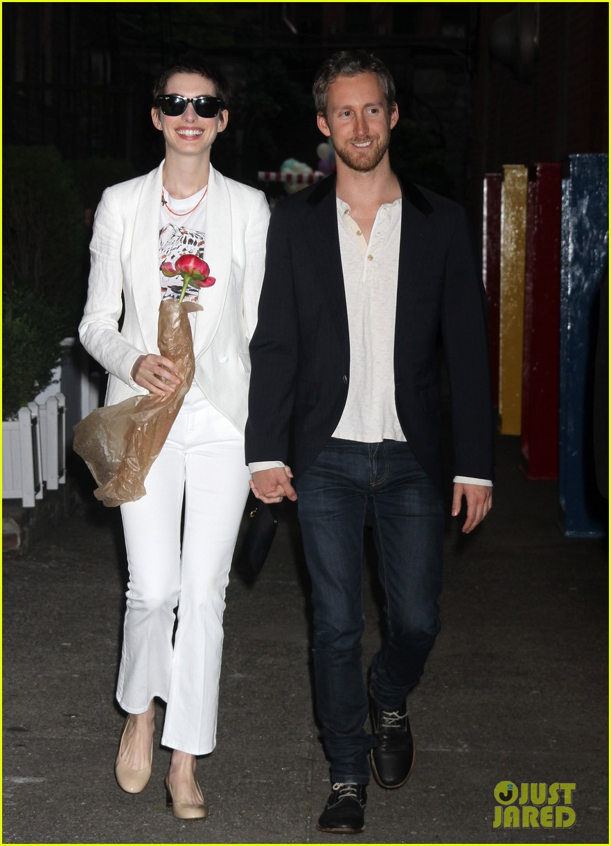 anne hathaway stella mccartney dinner with adam shulman 03