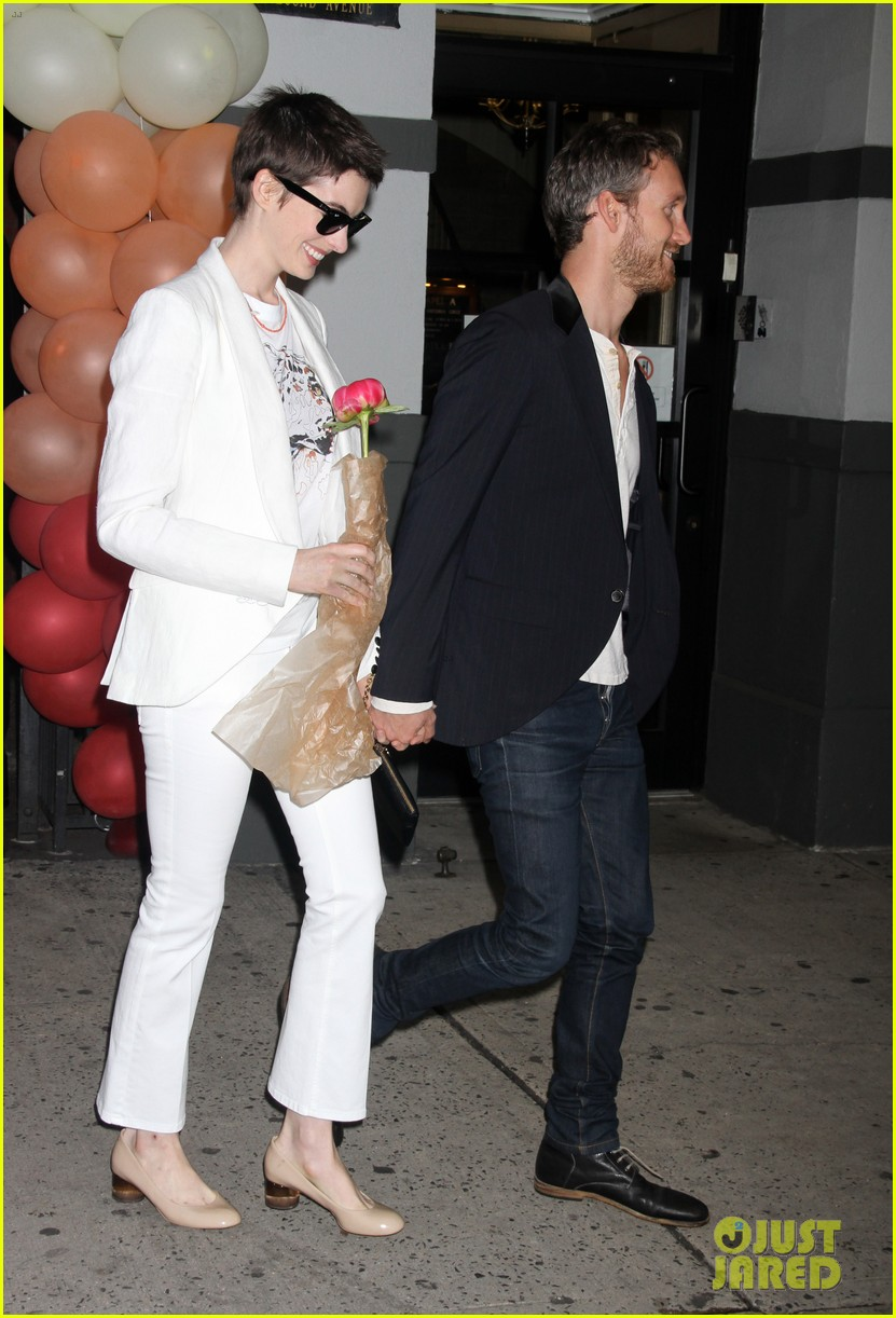 anne hathaway stella mccartney dinner with adam shulman 052673896