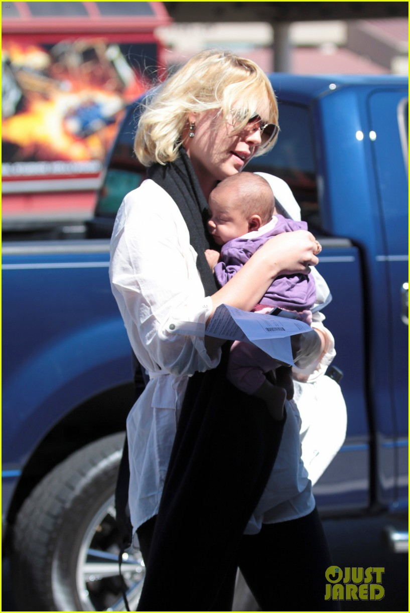 katherine heigl flying with adalaide 032680839