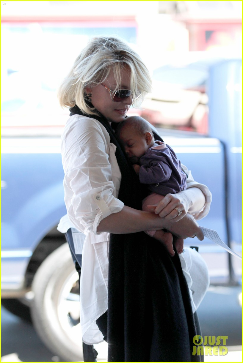 katherine heigl flying with adalaide 132680849