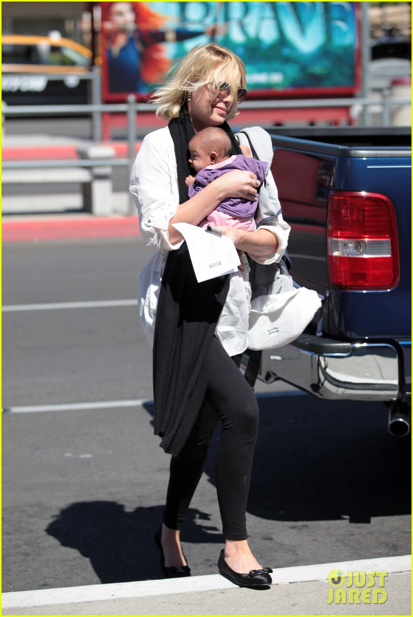 katherine heigl flying with adalaide 15