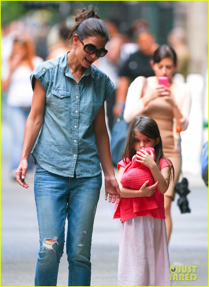 katie holmes suri monday afternoon stroll 02