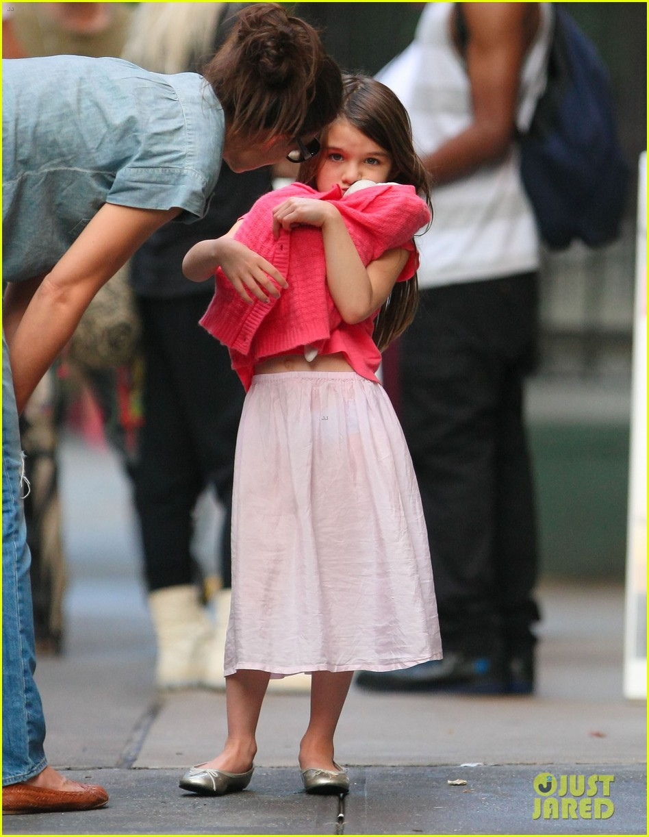 katie holmes suri monday afternoon stroll 062679478