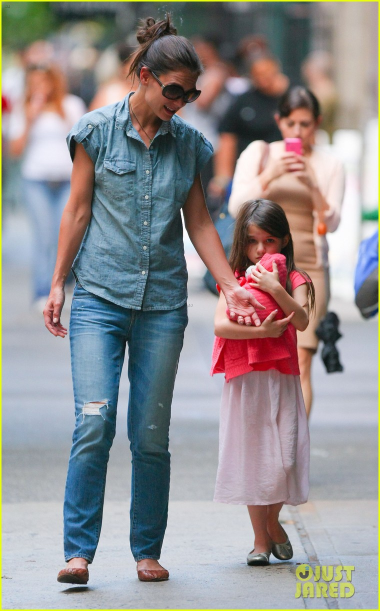 katie holmes suri monday afternoon stroll 102679482