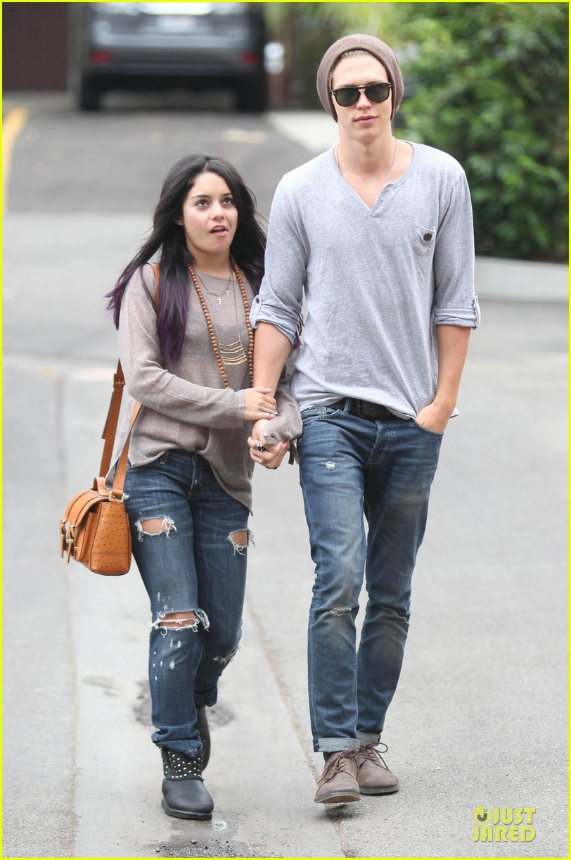 vanessa hudgens austin butler roma cafe 11