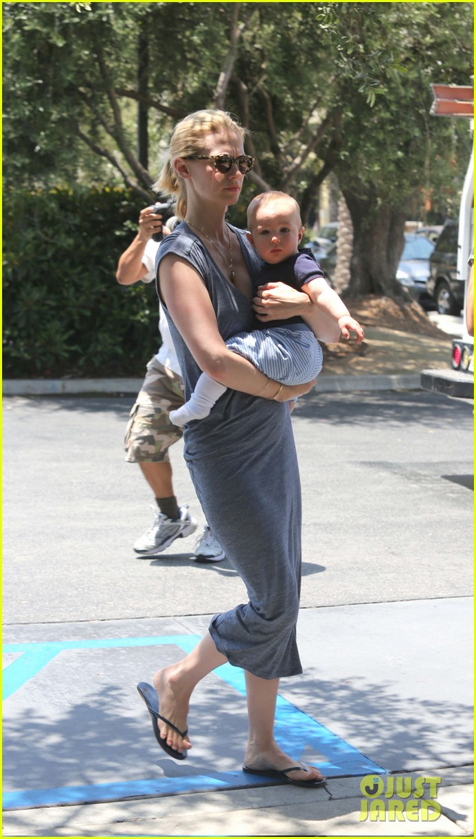january jones pasadena with xander 13