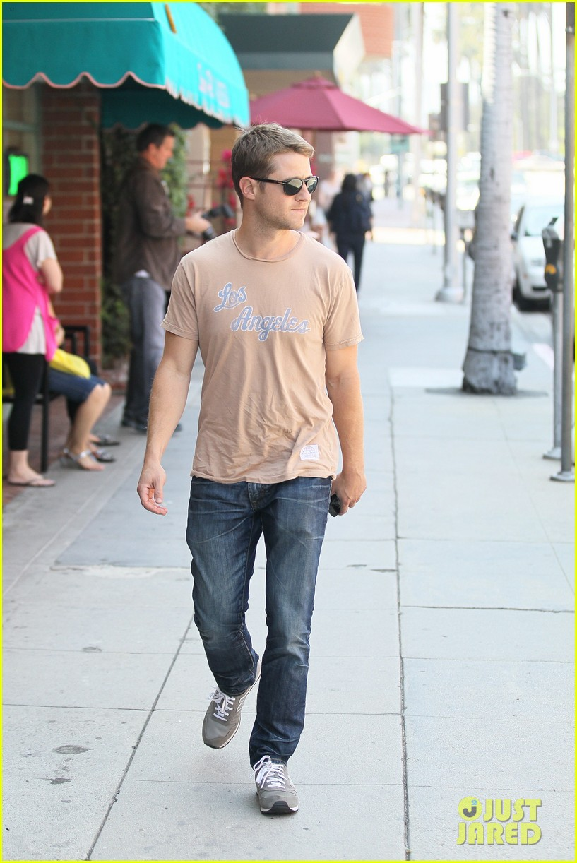 ben mckenzie friday stroll 01