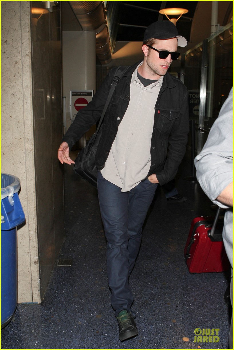robert pattinson lax landing 05