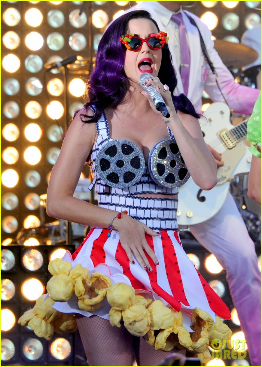 katy perry wide awake performance at part of me premiere 022679869