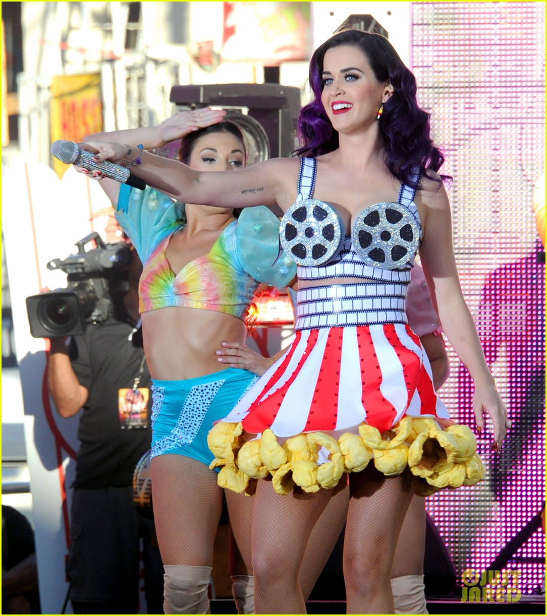 katy perry wide awake performance at part of me premiere 062679873