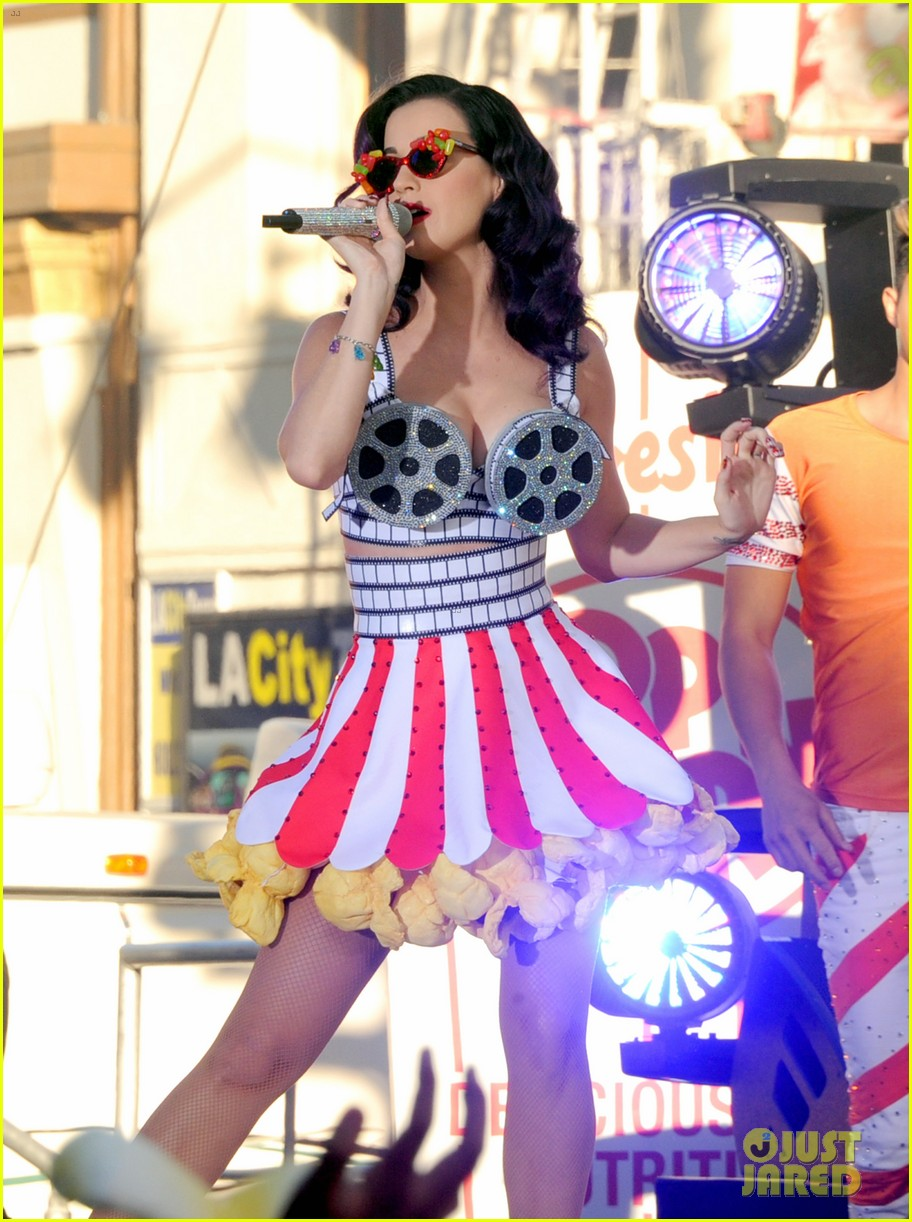 katy perry wide awake performance at part of me premiere 112679878