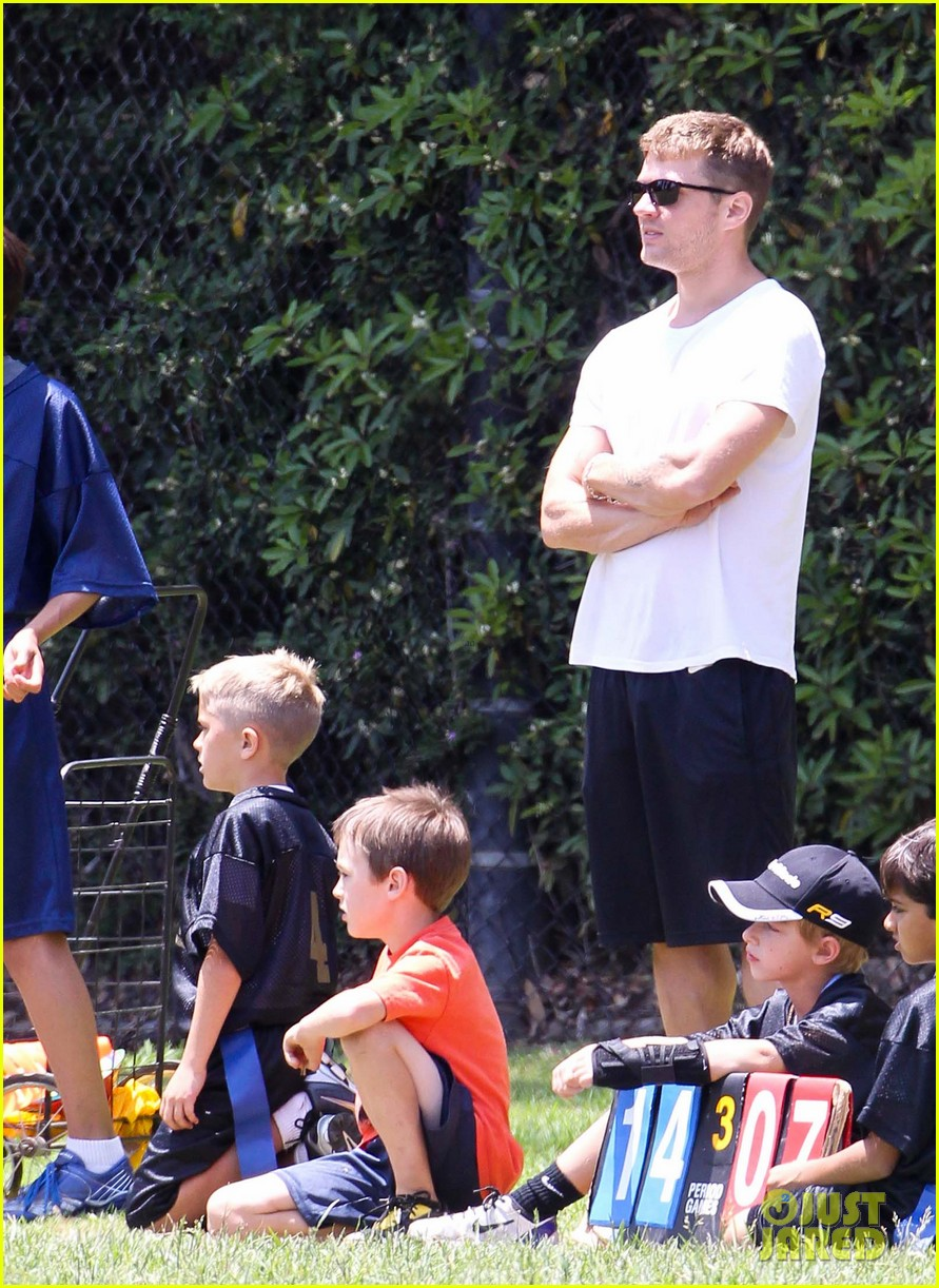 ryan phillippe reveals toned abs at deacons game 08